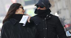"""Eros Ramazzotti e Marica Pellegrinelli nel freddo dopo la dedica: """"L'amore vince sempre"""""""