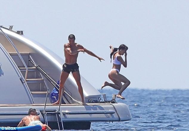 Cristiano Ronaldo, vacanze sullo yacht di lusso e mancia da 20 mila euro