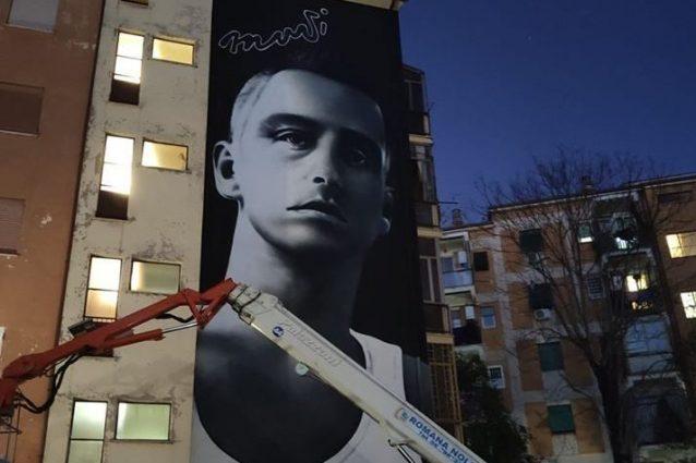 Ramazzotti, la sua periferia gli dedica un murale. Augusto, suo amico di infanzia a Leggo: «Eros ha fatto tanto per noi»