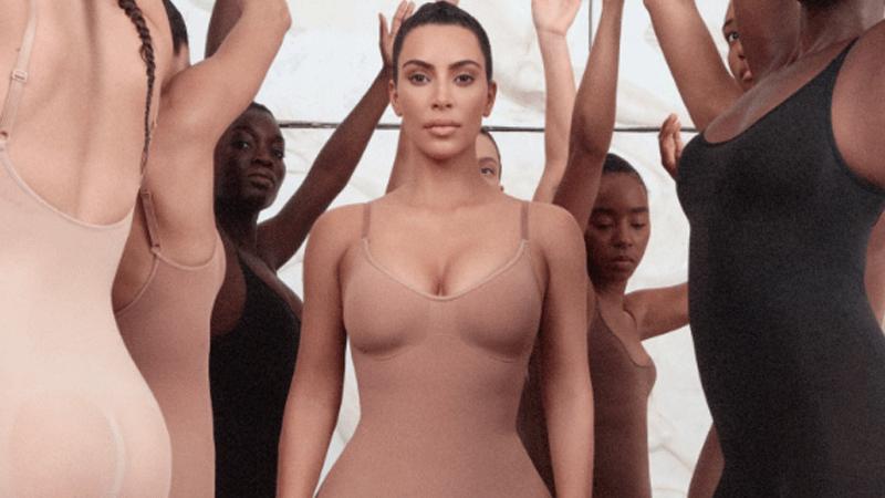 Kim Kardashian esplosiva in intimo. La modella contro il coronavirus dona in beneficenza parte degli incassi del suo brand di lingerie