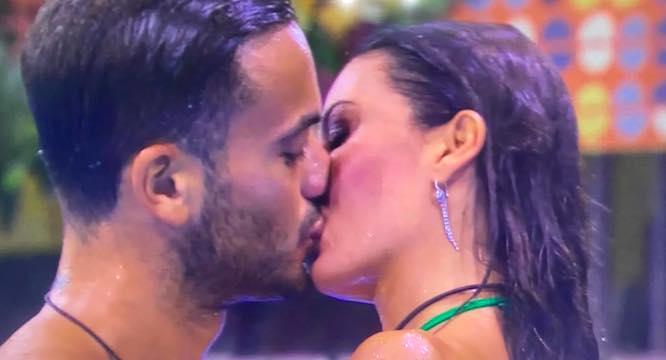 Gf Vip, Elisabetta Gregoraci: scatta il primo bacio appassionato nella Casa. «C'è chimica...»