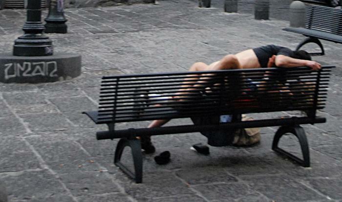 Sesso in strada a Teramo, passanti scoprono tutto per i gemiti: amanti multati per le norme anti covid
