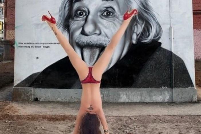 """Naike Rivelli, post """"bollente"""" per festeggiare la giornata mondiale dello Yoga"""