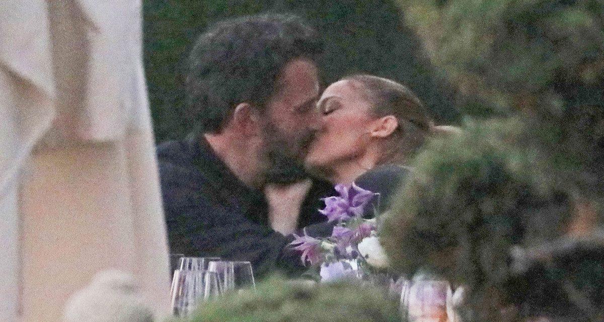 Ben Affleck e Jennifer Lopez insieme al ristorante... e scatta il primo bacio pubblico