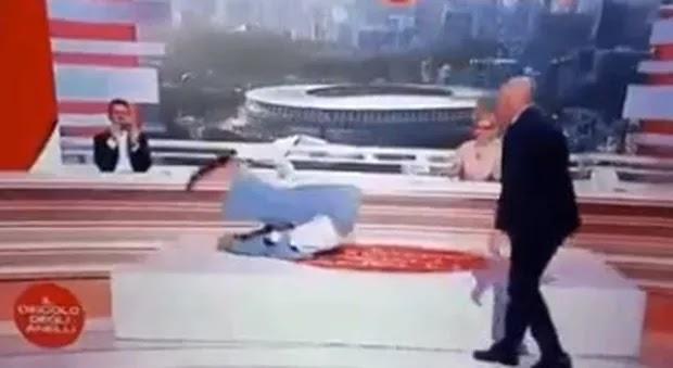 Sara Simeoni fa la capriola sul materasso in diretta tv. E i social impazziscono per lei