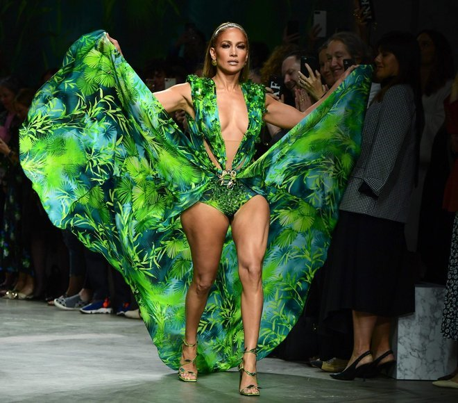 Jennifer Lopez sfila a sorpresa per Versace con il mitico Jungle Dress: il vestito che