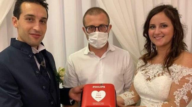 Bergamo, al posto delle bomboniere gli sposi regalano un defibrillatore alla Croce Blu