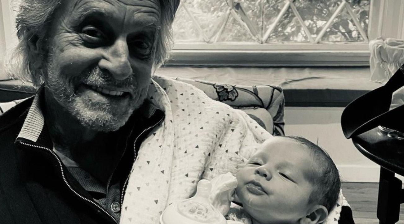 Michael Douglas vede il nipotino di un mese per la prima volta