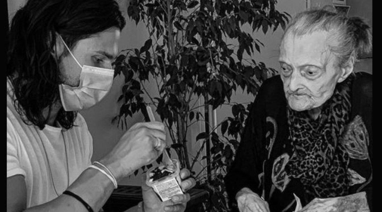 Luca Onestini si prende cura della nonna di 100 anni e commuove il web