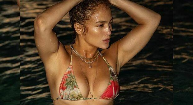 Jennifer Lopez in bikini mozzafiato a 51 anni infiamma i social