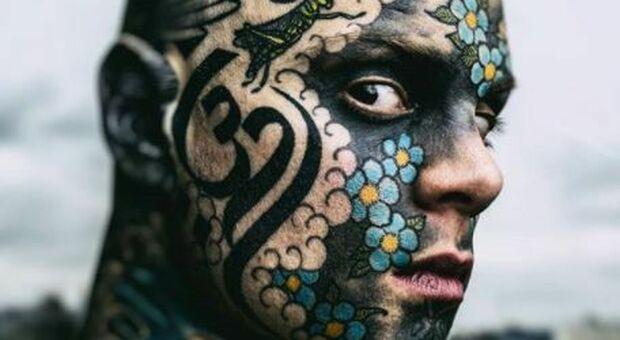 «Ha troppi tatuaggi, il suo aspetto spaventa i bambini», maestro d'asilo viene cacciato dalla scuola