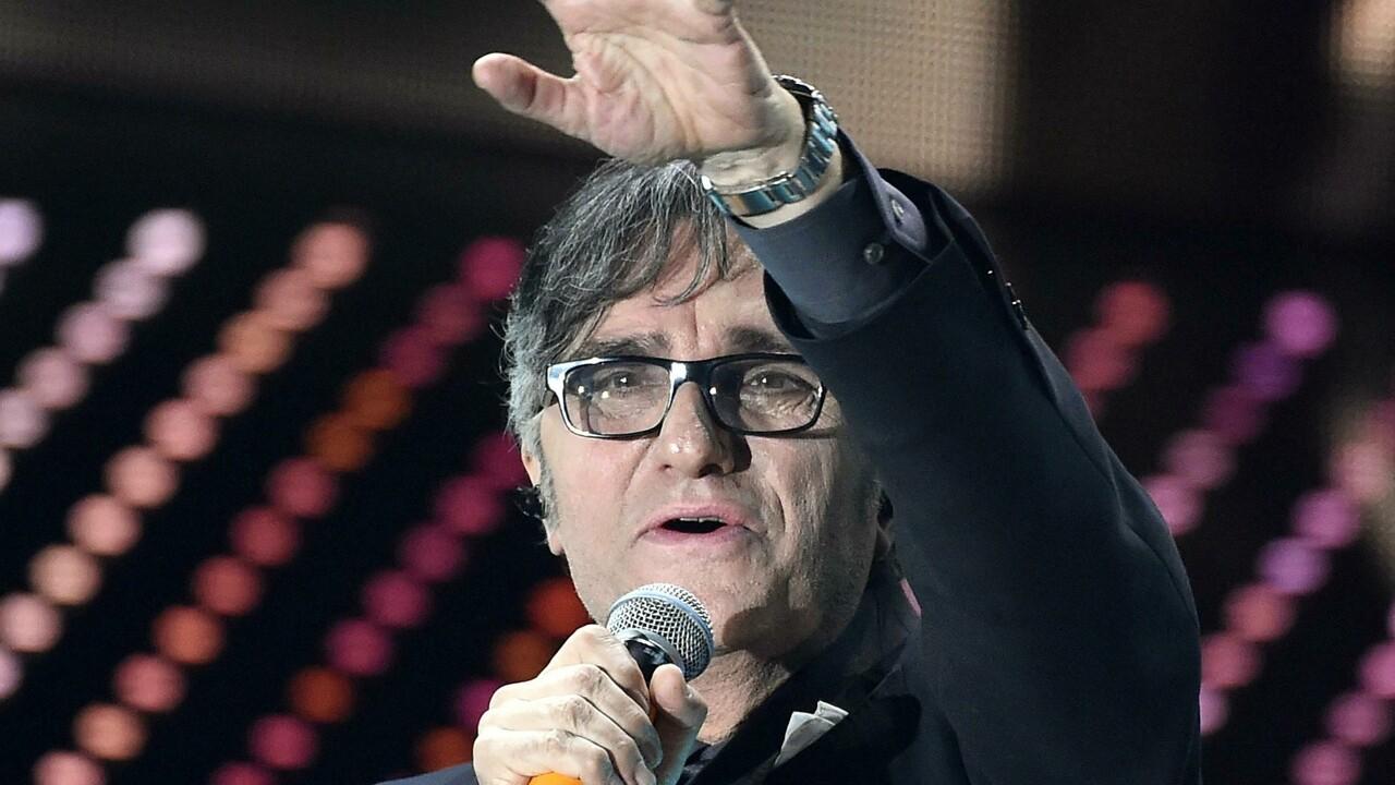 Gaetano Curreri: infarto sul palco, paura per il cantante degli Stadio. Poi l'annuncio: «Sta bene e ringrazia tutti»