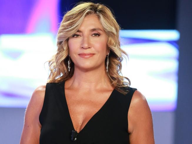 Incidente per Myrta Merlino, la conduttrice va in onda con il piede fasciato: «Weekend turbolento»