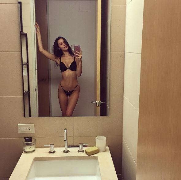Bella Hadid, selfie allo specchio in slip e reggiseno