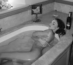 Belen nu. da nella vasca, se. xy per i follower anche in bianco e nero