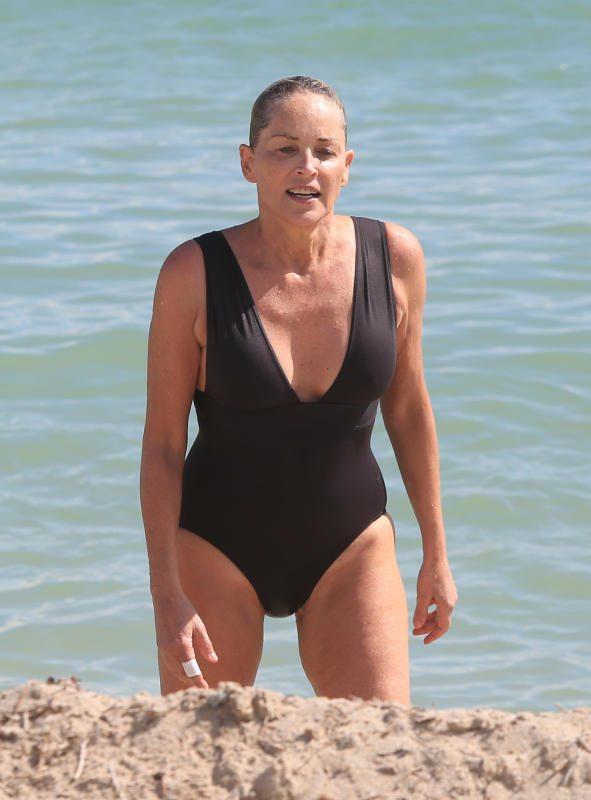 Sharon Stone a Miami, eccola con un castigato costume intero