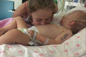La neonata sta morendo, la sorellina le fa ?una pernacchia sul pancino e lei ritorna in vita
