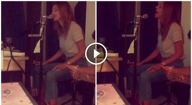 Belen canta una canzone d'amore per Iannone, ma un gesto indigna il web