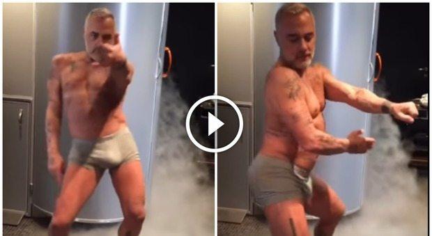 """Gianluca Vacchi, """"marsupio"""" in vista e ciabatte trash: ecco il nuovo balletto"""