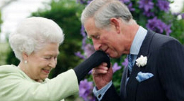 «La regina Elisabetta lascerà il trono entro un anno». Ma Carlo potrebbe non diventare mai re