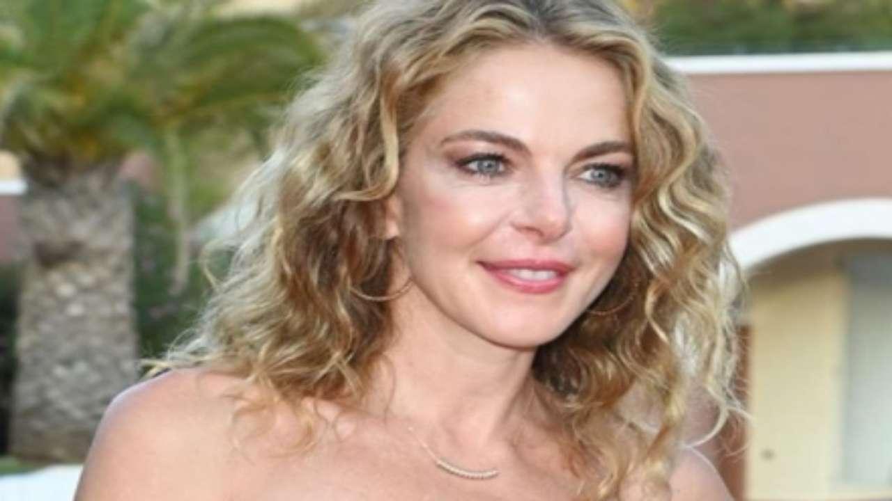 Claudia Gerini, incidente sexy: fuori di seno sotto al sole a Fegene