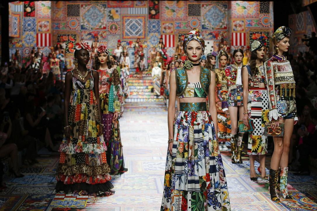 Moda, sfilate Milano Fashion Week: Dolce&Gabbana, ci salverà l'allegria