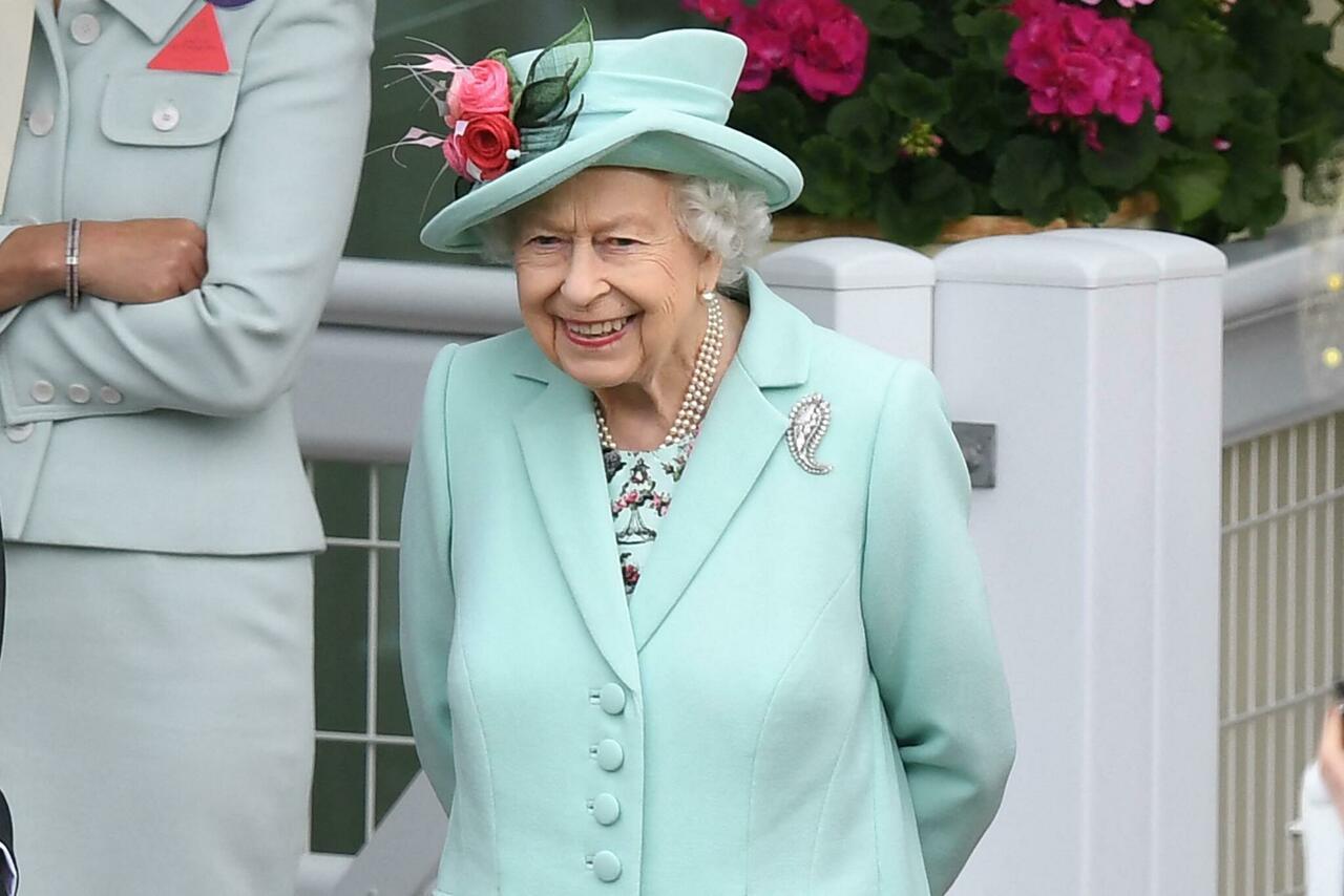 La Regina Elisabetta va ad Ascot: raggiante e sorridente, per la prima volta senza Filippo