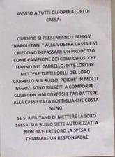 Un cartello nel supermercato Esselunga - Attenti ai napoletani.