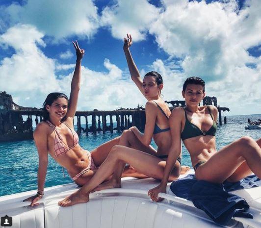 Sara Sampaio e le amiche, guarda che yacht super sexy