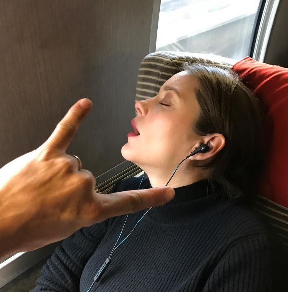 Marion Cotillard dorme a bocca aperta sul treno: lo scatto diverte i fan
