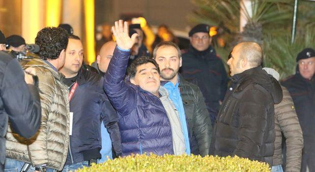 """Maradona a Napoli, è bagno di folla. E Diego ai fan: """"Vi amo"""""""