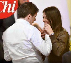 Renzi e una giovane tesserata: un saluto molto particolare