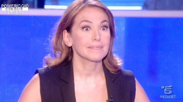 Gaffe in diretta a Pomeriggio 5, Barbara D'Urso imbarazzata dall'incidente. Ironia sui social