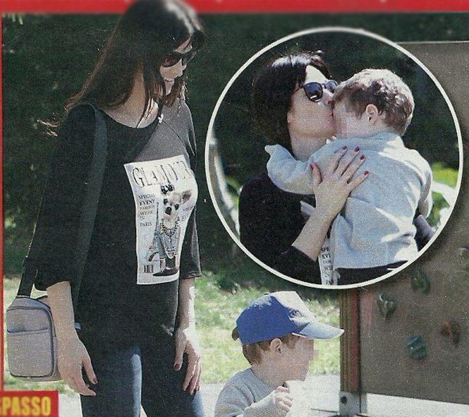 Manuela Arcuri mamma felice: sull'altalena col figlio Mattia