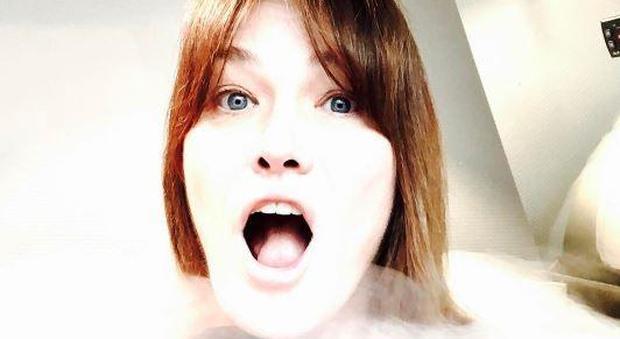 """Carla Bruni e il suo segreto di bellezza: """"Bagno a -150°, così mi rimetto a nuovo"""""""