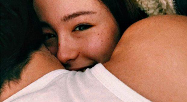 Aurora Ramazzotti felice e innamorata? L'abbraccio al presunto fidanzato