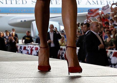Melania Trump incanta: l'abito rosso che esalta le forme del suo se. no