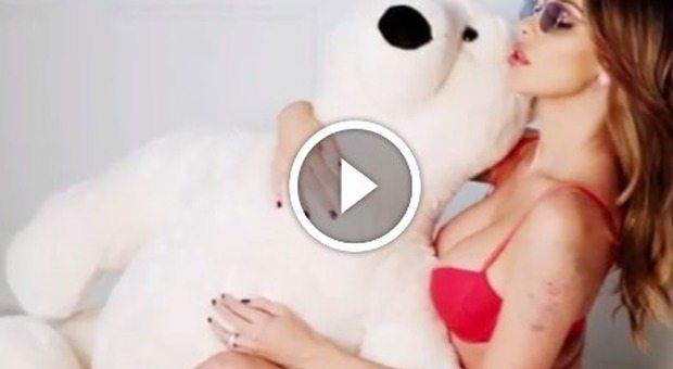 Belen Rodriguez se. xy con l'orsacchiotto: il video