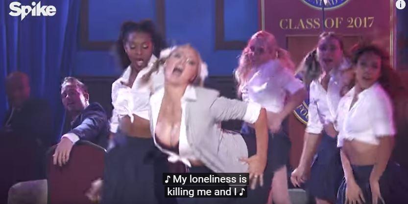 Kate Upton se. xy collegiale nei panni di Britney Spears al Lip Sync Battle
