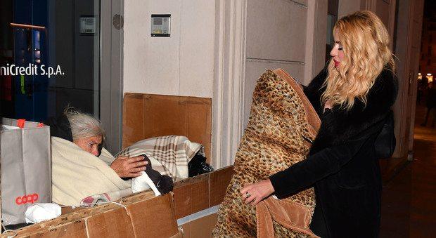 Valeria Marini cuore d'oro: regala la sua coperta maculata alle senzatetto