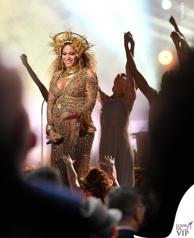 Beyoncé: pancione luccicante (e balconcino)