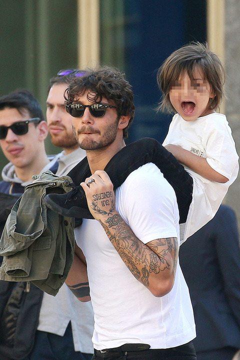 Belen con Santiago in moto senza casco, papà Stefano invece il piccolo...