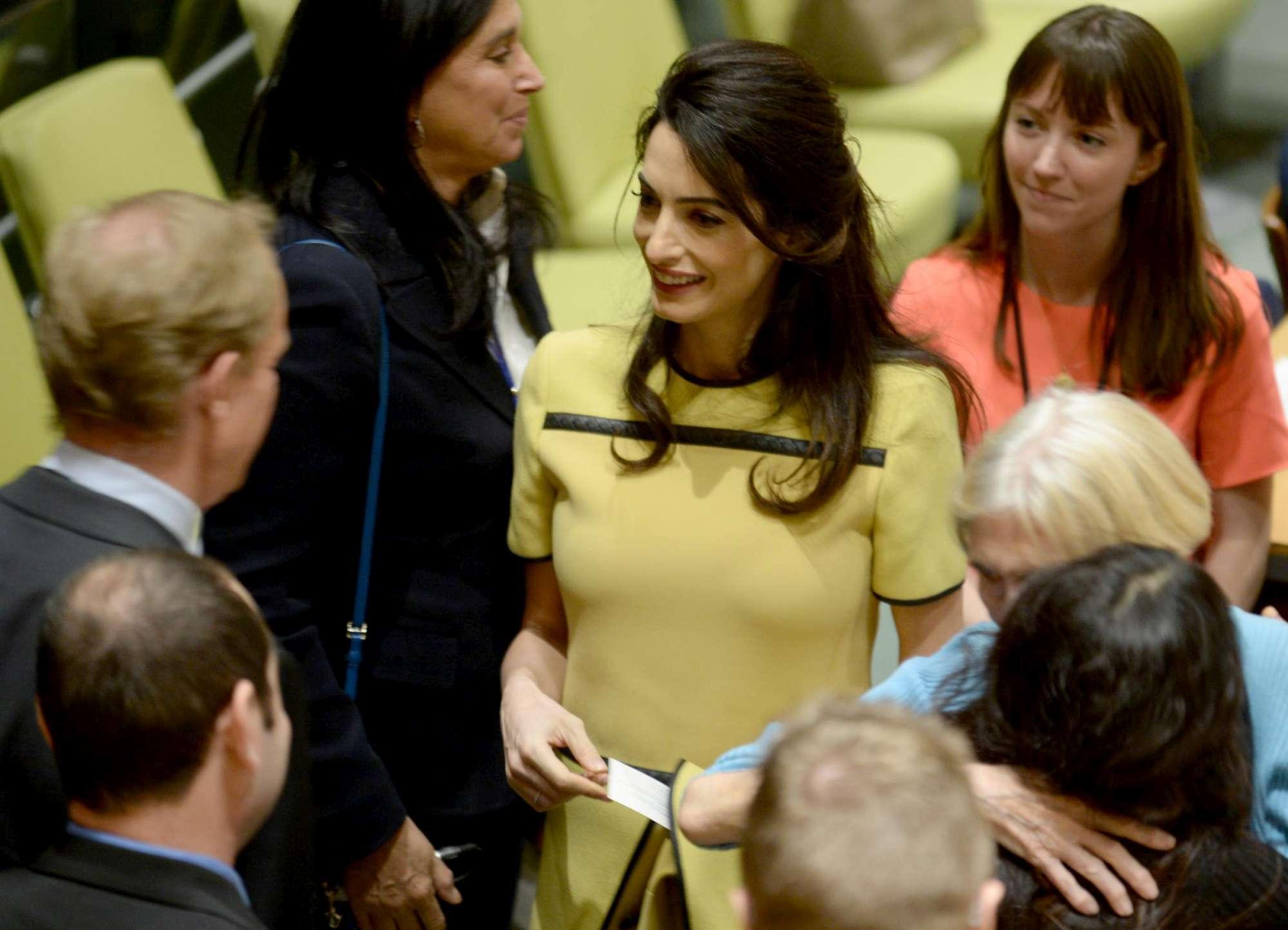 Amal Clooney regina (con pancetta) alle Nazioni Unite