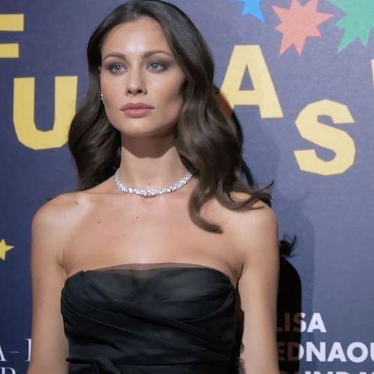 Marica Pellegrinelli, scollatura audace sotto le stelle a Milano