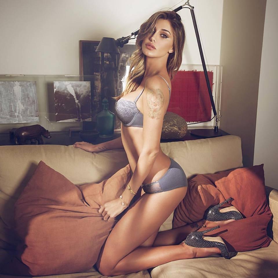 Belen in lingerie e il selfie allo specchio: