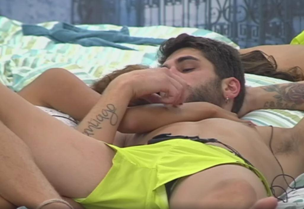 """""""Grande Fratello Vip"""", coccole a letto tra Jeremias Rodriguez e la modella Carla"""