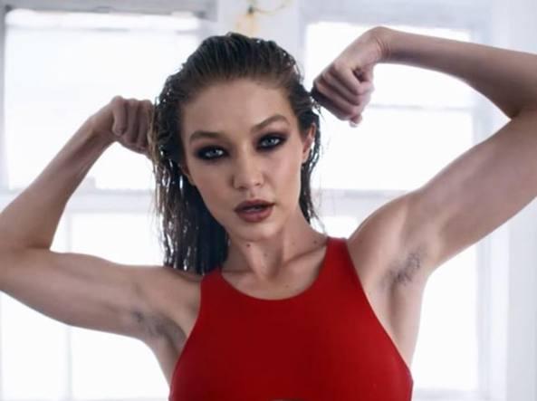 Gigi Hadid mostra le ascelle non depilate in un video, scoppia la polemica online