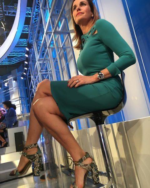 Cristina Parodi semplice ma sen.s.ualissima su uno sgabello.