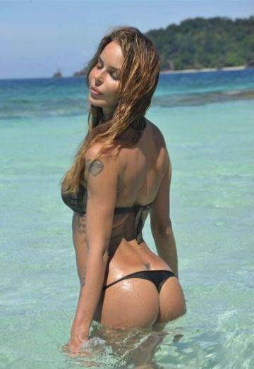 Nina Moric, pubblica una foto di quando era sull'isola dicendo: