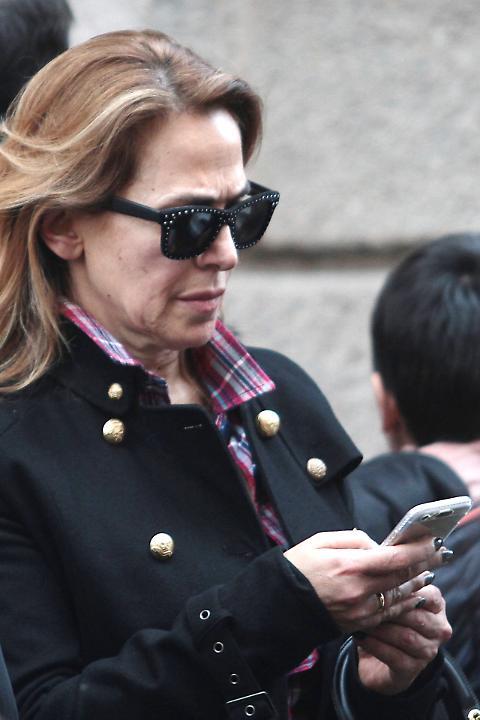 Barbara D'Urso fuori dal set, passeggiata senza trucco a Milano